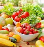 Nya organiska frukter och grönsaker royaltyfria foton