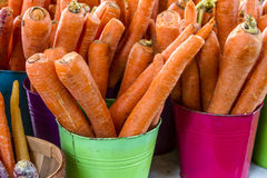 Nya organiska frukter och grönsaker på bondemarknaden Arkivfoton