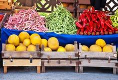 Nya organiska frukter och grönsaker på en gatamarknad Royaltyfria Bilder