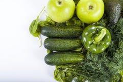Nya organiska gröna grönsaker - gurka, persilja, paprica, äpple och zucchini Royaltyfri Bild