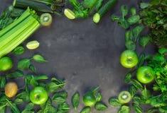 Nya organiska gröna grönsaker och frukter för grön smoothie arkivbild