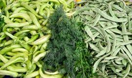Nya organiska grönsaker på en gatamarknad Fotografering för Bildbyråer