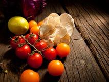 Nya organiska grönsaker på en trätabell Arkivbild