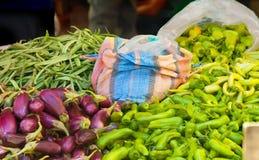 Nya organiska grönsaker på en turkisk gatamarknad Royaltyfri Bild