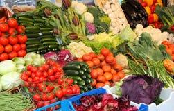 Nya organiska grönsaker som är till salu på marknaden Arkivbild