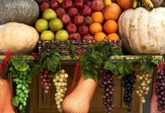 Nya organiska gr?nsaker och frukter p? hylla i supermarket som ?r utomhus- royaltyfria foton