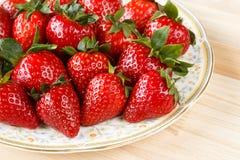 Nya organiska jordgubbar i en platta Arkivbilder