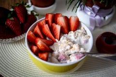 Nya organiska jordgubbar med myslihavregr?t arkivfoton