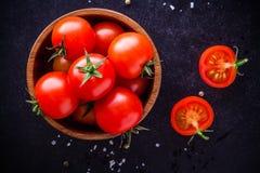 Nya organiska körsbärsröda tomater i en bunke Arkivbild