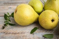 Nya organiska päron på gammalt trä skivad half ananas för bakgrundssnittfrukt PäronhöstH Arkivfoto