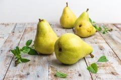 Nya organiska päron på gammalt trä skivad half ananas för bakgrundssnittfrukt PäronhöstH Royaltyfria Bilder