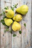 Nya organiska päron på gammalt trä skivad half ananas för bakgrundssnittfrukt PäronhöstH Royaltyfri Bild