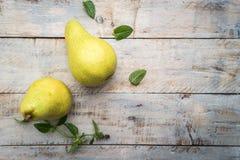 Nya organiska päron på gammalt trä skivad half ananas för bakgrundssnittfrukt PäronhöstH Royaltyfria Foton