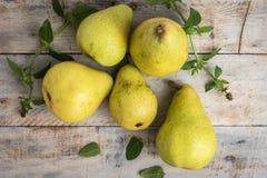 Nya organiska päron på gammalt trä skivad half ananas för bakgrundssnittfrukt PäronhöstH Royaltyfri Fotografi