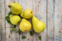 Nya organiska päron på gammalt trä skivad half ananas för bakgrundssnittfrukt PäronhöstH Arkivfoton