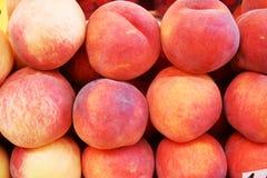 Nya organiska persikor Arkivbild