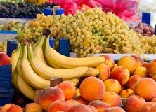 Nya organiska persikor, druvor och bananer Fotografering för Bildbyråer