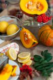 Nya organiska skivor citron och pumpa på tabellen Bio sund mat Arkivfoton