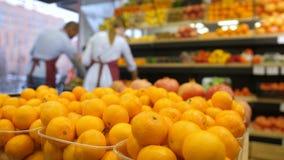 Nya organiska tangerin i livsmedelsbutikaskar på lagret arkivfilmer