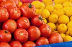 Nya organiska tomat och citroner Arkivbild