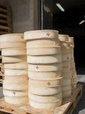 Nya ostar som staplas på paletter Arkivfoto