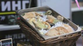 Nya ostron och musslor på is i vide- korgar lager videofilmer