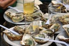 Nya ostroner och vit wine på fransk marknad Arkivfoto
