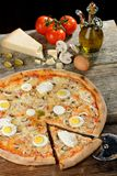 Nya Oven Baked Pizza med ägget, korven, all ost och tomatsås Royaltyfri Fotografi