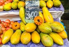Nya Papayas på marknaden Fotografering för Bildbyråer