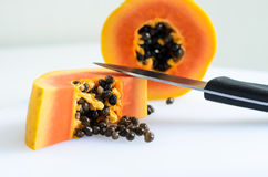Nya papayaskivor arkivbild