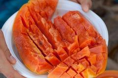 Nya papayaskivor royaltyfria bilder