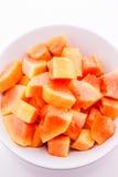 Nya papayaskivor på plattan och ordnar till royaltyfria foton