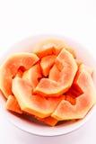 Nya papayaskivor på plattan och ordnar till för att äta arkivbild