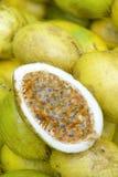 Nya Passionfruit Maracuja på den brasilianska bondemarknaden Royaltyfria Bilder