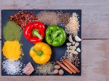 Nya peppar, kryddor och örter spridde på mörk bakgrund Naturliga och bio ingredienser för att laga mat kopieringsutrymme för din  Arkivbild