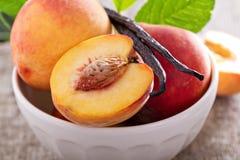 nya persikor för bunke Arkivfoto