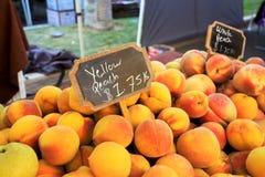Nya persikor från en Kalifornien marknad Royaltyfri Foto