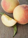 Nya persikor med lobulen Fotografering för Bildbyråer
