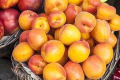Nya persikor på en marknad i Italien Arkivfoto