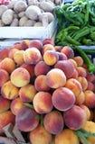 Nya persikor som är till salu i öppen marknad Arkivfoto