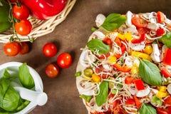 Nya pizza och grönsaker Fotografering för Bildbyråer
