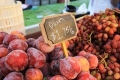 Nya plommoner från en Kalifornien marknad arkivbild