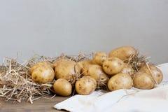 Nya potatisar på trätabellen Arkivfoto