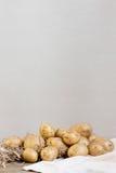 Nya potatisar på trätabellen Royaltyfri Bild