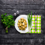 Nya potatisar som överträffas med den högg av löken och korven Arkivfoto
