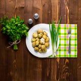 Nya potatisar som överträffas med den högg av löken och korven Royaltyfri Bild