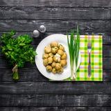 Nya potatisar som överträffas med den högg av löken och korven Royaltyfria Foton