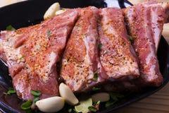 Nya potkstöd som marineras för BBQ Arkivfoton