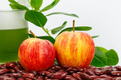 Nya äpplen med den grönsakfruktsaft och bönan Arkivbild