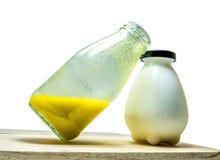Nya pumpafruktsaft och nya mjölkar i flaska; Sunda foods Fotografering för Bildbyråer